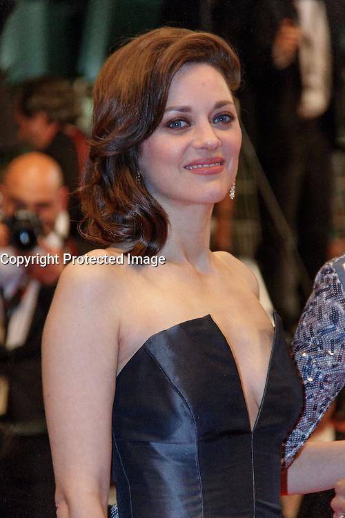 Marion Cotillard quitte le Palais des festivals après la projection du film 'Juste la fin du monde' lors du 69ème Festival du Film à Cannes le jeudi 19 mai 2016.