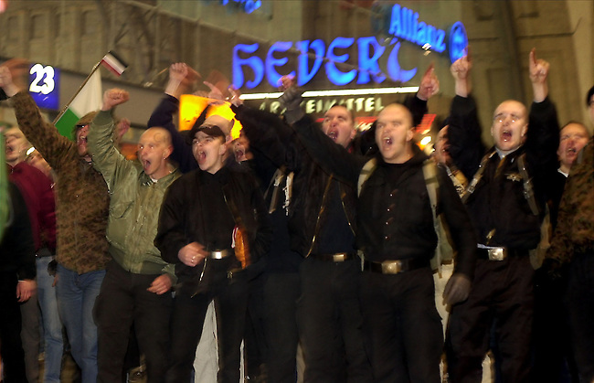 Neonazi-Demonstraton in Leipzig<br /> In Leipzig ist zum dritten Mal in acht Monaten ein von Neonazis aus dem gesamten Bundesgebiet geplanter Marsch zum Voelkerschlachtdenkmal gescheitert. Nachdem die rund 1000 Rechtsextremisten am Samstag nach stundenlangen Polizeikontrollen am Leipziger Bahnhof keinen Meter vorangekommen waren, erklaerte der Organisator die Veranstaltung vorzeitig fuer beendet.<br /> Rund 10 000 Menschen hatten zuvor friedlich gegen die Neonazi protestiert.<br /> Hier: Frustrierte Neonazis bruellen lautstart Parolen im Leipziger Bahnhof.<br /> 6.4.2002, Leipzig<br /> Copyright: Christian-Ditsch.de<br /> [Inhaltsveraendernde Manipulation des Fotos nur nach ausdruecklicher Genehmigung des Fotografen. Vereinbarungen ueber Abtretung von Persoenlichkeitsrechten/Model Release der abgebildeten Person/Personen liegen nicht vor. NO MODEL RELEASE! Nur fuer Redaktionelle Zwecke. Don't publish without copyright Christian-Ditsch.de, Veroeffentlichung nur mit Fotografennennung, sowie gegen Honorar, MwSt. und Beleg. Konto: I N G - D i B a, IBAN DE58500105175400192269, BIC INGDDEFFXXX, Kontakt: post@christian-ditsch.de<br /> Bei der Bearbeitung der Dateiinformationen darf die Urheberkennzeichnung in den EXIF- und  IPTC-Daten nicht entfernt werden, diese sind in digitalen Medien nach §95c UrhG rechtlich geschuetzt. Der Urhebervermerk wird gemaess §13 UrhG verlangt.]