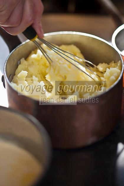 Europe/France/Pays de la Loire/44/Loire-Atlantique/La Plaine-sur-Mer: En cuisine à Hôtel-Restaurant: Anne de Bretagne, port de la Gravette Préparation de la purée