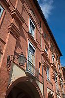 Europe/France/Midi-Pyérénées/82/Tarn-et-Garonne/Montauban: La place Nationale et sa double rangée d'arcades voûtées sur croisées d'ogives