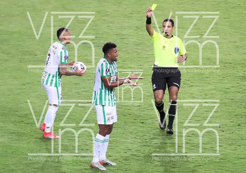 PEREIRA - COLOMBIA, 12-05-2021: Diego Mirko Haro Sueldo arbitro, muestra la tarjeta amarilla a Danovis Banguero de Nacional (COL) durante partido del grupo F fecha 4 entre Atletico Nacional (COL) y Club Nacional de Futbol (URU) por la Copa CONMEBOL Libertadores 2021 en el estadio Hernan Ramirez Villegas de la ciudad de Pereira. / Diego Mirko Haro Sueldo shows the yellow card to Danovis Banguero of Nacional (COL) during a match of the group F for the group phase, 4th date between between Atletico Nacional (COL) and Club Nacional de Futbol (URU) for the Copa CONMEBOL Libertadores 2021 at the Hernan Ramirez Villegas stadium in Pereira city. / Photo: VizzorImage / Pablo Bohorquez / Cont.