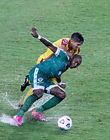 PEREIRA - COLOMBIA, 29-04-2021: Diego Herazo de La Equidad (COL) y Hector Perez de Aragua F. C. (VEN), luchan por el balon durante partido entre La Equidad (COL) y Aragua F. C. (VEN) por la Copa CONMEBOL Sudamericana 2021 en el Estadio Hernan Ramirez Villegas de la ciudad de Pereira. / Diego Herazo of La Equidad (COL) and Hector Perez of Aragua F. C. (VEN), fight for the ball during a match beween La Equidad (COL) and Aragua F. C. (VEN) for the CONMEBOL Sudamericana Cup 2021 at the Hernan Ramirez Villegas Stadium, in Pereira city. / VizzorImage / Pablo Bohorquez / Cont.