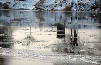 Minus 13 Grad in Leipzig und Umgebung - im Bild: Die Mulde führt viel Eis mit sich - in Grimma ist sie nach dem Wehr an der Gattersburg eisfrei - die Brücke wird gerade wieder aufgebaut . Foto: Norman Rembarz..Norman Rembarz , ASV Autorennummer 41043728 , Holbeinstr. 14, 04229 Leipzig, Tel.: 01794887569, Hypovereinsbank: BLZ: 86020086, KN: 357889472, St.Nr.: 231/261/06432 - Jegliche kommerzielle Nutzung ist honorar- und mehrwertsteuerpflichtig! Persönlichkeitsrechte sind zu wahren. Es wird keine Haftung übernommen bei Verletzung von Rechten Dritter. Autoren-Nennung gem. §13 UrhGes. wird verlangt. Weitergabe an Dritte nur nach  vorheriger Absprache..