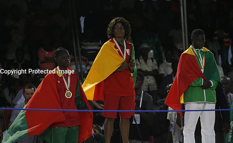 VillËs Jeux de la Francophonie Abidjan 2017 / CompÈtitions Sportives Lutte Africaine finale des Femmes, mÈdaille d'OR Christiane N'Goma ( C ) du Cameroon au parc des Sport de Treichville, Minji HervÈ CÙte d'Ivoire en ceinture rouge et Mamadou du Niger en ceinture bleu / Abidjan 29 juillet 2017 # 8EME JEUX DE LA FRANCOPHONIE D'ABIDJAN 2017