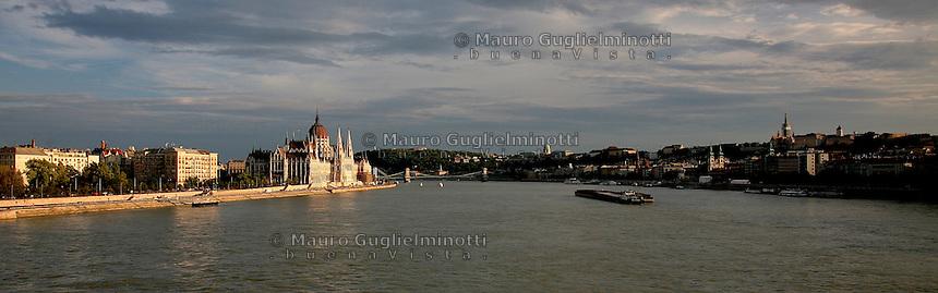 Budapest Ungheria  Paesaggio con vista sul Parlamento affacciato sul Danubio<br /> Budapest Hungary Landscape with views of the Parliament overlooking the Danube