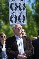 """Unter dem Motto: """"Frau Merkel: Aussitzen ist Beihilfe!"""" protestierten am Samstag den 30.Mai 2015 Rechtsanwaeltinnen und Rechtsanwaelte vor dem Bundeskanzleramt gegen die geplante Vorratsdatenspeicherung.<br /> Die Kundgebung fand anlaesslich des 2. Jahrestages der Enthuellungen von Edward Snowden ueber die weltweiten verfassungswidrigen Massenueberwachung durch Geheimdienste statt. Aufgerufen zu der Kundgebung hatte die parteiunabhaengige Hamburger Initiative """"Rechtsanwaelte gegen Totalueberwachung"""".<br /> Im Bild: Peter Schaar (Bundesdatenschutzbeauftragter a.D.).<br /> 30.5.2015, Berlin<br /> Copyright: Christian-Ditsch.de<br /> [Inhaltsveraendernde Manipulation des Fotos nur nach ausdruecklicher Genehmigung des Fotografen. Vereinbarungen ueber Abtretung von Persoenlichkeitsrechten/Model Release der abgebildeten Person/Personen liegen nicht vor. NO MODEL RELEASE! Nur fuer Redaktionelle Zwecke. Don't publish without copyright Christian-Ditsch.de, Veroeffentlichung nur mit Fotografennennung, sowie gegen Honorar, MwSt. und Beleg. Konto: I N G - D i B a, IBAN DE58500105175400192269, BIC INGDDEFFXXX, Kontakt: post@christian-ditsch.de<br /> Bei der Bearbeitung der Dateiinformationen darf die Urheberkennzeichnung in den EXIF- und  IPTC-Daten nicht entfernt werden, diese sind in digitalen Medien nach §95c UrhG rechtlich geschuetzt. Der Urhebervermerk wird gemaess §13 UrhG verlangt.]"""