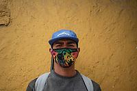 """CAJICA - COLOMBIA, 14-07-2020: """"Mi único sustento es vender estos dulces y debido a todo lo que está pasando ahora la gente desconfía mucho, hay días que no vendo nada"""" Carlos Sanchez, 27 años, es su testimonio que como la mayoría de trabajadores informales se ve obligado a salir a buscar el sustento diario para subsistir en medio de la cuarentena total en el territorio colombiano causada por la pandemia  del Coronavirus, COVID-19. / """"My only sustenance is to sell these sweets and due to everything that is happening now people are very suspicious, there are days when I don't sell anything"""" Carlos Sanchez, 27 years old, is his testimony that, like most informal workers, he is forced to go out to find daily sustenance to subsist in the midst of the total quarantine in Colombian territory caused by the Coronavirus pandemic, COVID-19. Photo: VizzorImage / Johan Rugeles / Cont"""