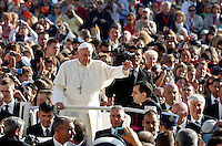 Papa Francesco saluta i fedeli al suo arrivo all'udienza generale del mercoledi' in Piazza San Pietro, Citta' del Vaticano, 23 ottobre 2013.<br /> Pope Francis waves to faithful as he arrives for his weekly general audience in St. Peter's Square at the Vatican, 23 October 2013.<br /> UPDATE IMAGES PRESS/Riccardo De Luca<br /> <br /> STRICTLY ONLY FOR EDITORIAL USE
