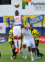FLORIDABLANCA -COLOMBIA, 14-02-2015.  Yamilson Rivera jugador de Independiente Santa Fe se levanta para cabercear durante encuentro  con Alianza Petrolera por la fecha 4 de la Liga Aguila I 2015 disputado en el estadio Alvaro Gómez Hurtado de la ciudad de Floridablanca./ Yamilson Rivera player of Independiente Santa Fe jumps to header the ball during the match against  Alianza Patrolera for the 4th date of the Aguila League I 2015 played at Alvaro Gomez Hurtado stadium in Floridablanca city Photo:VizzorImage / Jose Martinez / Cont