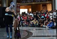 """BOGOTÁ-COLOMBIA-25-03-2016. Presentación  de la cobra """"Batucada Teatral"""" (Colombia) de la compañía Asociación Cultural Tropa Teatro de Pereira en el centro comercial Calima Bogotá como parte del XV Festival Iberoamericano de Teatro de Bogotá. Este es el festival de teatro más grande del mundo y se lleva a cabo en Bogotá entre el 11 y el 27 de marzo de 2016. / Performance of the play """"Batucada Teatral"""" (Colombia) of the company Asociación Cultural Tropa Teatro from Pereira at Calima Mall in Bogotá as a part of the XV Ibero-American Theater Festival of Bogota. This is the world's largest theater festival and is held in Bogota between 11 and 27 March 2016.  Photo: VizzorImage/ Gabriel Aponte /Staff"""