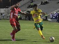 TUNJA - COLOMBIA -01-02-2015: Ivan Corredor (Izq.) jugador de Patriotas FC, disputa el balón con Jefferson Lema (Der.) jugador de Atletico Huila, durante  partido Patriotas FC y Atletico Huila,  por la fecha 1 de la Liga de Aguila I 2015 en el estadio La Independencia en la ciudad de Tunja / Ivan Corredor (L) of Patriotas FC, figths the ball with con Jefferson Lema (R) jugador of Atletico Huila during a match Patriotas FC and Atletico Huila for date 1 of the Liga de Aguila I 2015 at La Independencia stadium in Tunja city. Photo: VizzorImage  /  Cesar Melgarejo / Str.