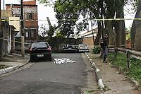 SAO PAULO, SP, 25.09.2013 - TIROTEIO JABAQUARA - Um criminoso morreu e outro ficou ferido durante um tiroteio com policiais na Rua Marechal João Batista Matos, no Jabaquara, região Centro-Sul de São Paulo, por volta das 14h desta quarta-feira (25), segundo a Polícia Militar. Outros dois suspeitos que participaram do tiroteio foram presos.<br /> De acordo com a PM, os quatro são suspeitos de assaltar um estabelecimento comercial próximo da região. Às 17h50, não havia informações sobre o estado de saúde do suspeito baleado. (Foto: Carlos Pessuto / Brazil Photo Press).
