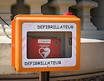 Principality of Monaco, on the French Riviera (Côte d'Azur), district Monte Carlo: defibrillator | Fuerstentum Monaco, an der Côte d'Azur, Stadtteil Monte Carlo: an vielen Plaetzen sind Defibrillatoren aufgestellt