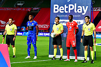 CALI-COLOMBIA, 04-10-2020: Carlos Herrera, arbitro, antes del partido con los capitanes Adrian Ramos de America de Cali y Carlos Bejarano de Rionegro Aguilas Doradas, durante partido entre America de Cali y Rionegro Aguilas Doradas, de la fecha11 por la Liga BetPlay DIMAYOR 2020-I jugado en el estadio Pascual Guerrero de la ciudad de Cali. / Carlos Herrera, referee before the match with the captains Adrian Ramos of America de Cali and Carlos Bejarano of Rionegro Aguilas Doradas, during a match between America de Cali and Rionegro Aguilas Doradas, of the 11th date for the BetPlay DIAMYOR Leguaje 2020-I played at the Pascual Guerrero stadium in Cali city. / Photo: VizzorImage / Nelson Rios / Cont.