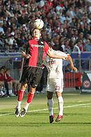 Alex Meier (Eintracht Frankfurt) beim Kopfball vor Arturo Vidal (Bayer Leverkusen)