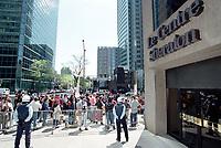 Photo d'archive de la police de Montreal -<br /> perimetre lors d'une manifestation,<br /> a l'exterieur de l'hotel Sheraton durant la Conference de Montreal 2000<br /> <br /> PHOTO :  AGENCE QUEBEC PRESSE<br /> <br /> NOTE :  numerisation a refaire avec equipement moderne pour obtenir une meilleure qualite.