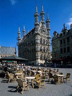 Belgium, Flemish Brabant, Leuven: Town Hall and cafe   Belgien, Flaemisch-Brabant, Loewen: das spaetgotische Rathaus am Großen Markt - Grote Markt - Strassencafe