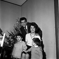9 Janvier 1964. Vue de Jean Fabre, joueur du Stade Toulousain, posant avec sa femme et ses enfants devant l'arbre de Noël à son domicile.<br /> <br /> Jean Paul Gabriel Fabre, né le 7 novembre 1935 à Rodez1, est un ancien joueur de rugby à XV français, occupant le poste de troisième ligne aile au Stade toulousain durant les années 1960.