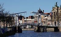 Nederland Haarlem - 2020. De Gravestenenbrug. Ophaalbrug over het Spaarne. Rechts het Teylers Museum.  Foto : ANP/ HH / Berlinda van Dam