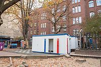 Die Berliner Schulsenatorin Sandra Scheeres besuchte am Freitag den 19. Oktober 2018 zusammen mit dem Bezirksbuergermeister von Neukoelln, Martin Hikel, und der Bildungsstadtraetin Karin Korte die Karl-Weise-Grundschule im Bezirk Neukoelln, um sich ein Bild von den Sanierungsmassnahmen zu machen. Fuer die Schulkinder sind fuer die Dauer der Bauarbeiten an dem 1093 gebauten Toilettenpavillon WC-Container aufgestellt worden.<br /> Das Land Berlin investiert in den kommenden Jahren 5,5 Milliarden Euro in die Sanierung und in den Bau von Schulgebaeuden. <br /> 19.10.2018, Berlin<br /> Copyright: Christian-Ditsch.de<br /> [Inhaltsveraendernde Manipulation des Fotos nur nach ausdruecklicher Genehmigung des Fotografen. Vereinbarungen ueber Abtretung von Persoenlichkeitsrechten/Model Release der abgebildeten Person/Personen liegen nicht vor. NO MODEL RELEASE! Nur fuer Redaktionelle Zwecke. Don't publish without copyright Christian-Ditsch.de, Veroeffentlichung nur mit Fotografennennung, sowie gegen Honorar, MwSt. und Beleg. Konto: I N G - D i B a, IBAN DE58500105175400192269, BIC INGDDEFFXXX, Kontakt: post@christian-ditsch.de<br /> Bei der Bearbeitung der Dateiinformationen darf die Urheberkennzeichnung in den EXIF- und  IPTC-Daten nicht entfernt werden, diese sind in digitalen Medien nach §95c UrhG rechtlich geschuetzt. Der Urhebervermerk wird gemaess §13 UrhG verlangt.]