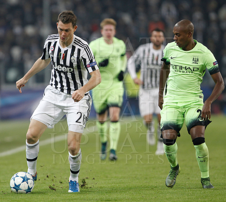 Calcio, Champions League: Gruppo D - Juventus vs Manchester City. Torino, Juventus Stadium, 25 novembre 2015. <br /> Juventus' Stephan Lichsteiner, left, is challenged by Manchester City's Fernandinho during the Group D Champions League football match between Juventus and Manchester City at Turin's Juventus Stadium, 25 November 2015. <br /> UPDATE IMAGES PRESS/Isabella Bonotto