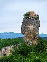 Kloster Kazchi-Katskhi auf Felssäule bei Tschiatura, Imeretien - Imereti;, Georgien, Europa<br /> Monasteery Kazchi on rock near Tschiatura,  Inereti,  Georgia, Europe