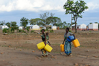 MOZAMBIQUE, Moatize, Cateme, this resettlement was constructed by brazil coal company VALE as compensation for relocated people from Chipanga, where VALE is extending its coal mining operations, water supply / MOSAMBIK, Moatize, Siedlung Cateme, fuer die Erweiterung der Kohlemine des brasilianischen Unternehmens VALE wurde die Ortschaft Chipanga abgerissen, die Bewohner wurden 40 km von Moatize enfernt nach Cateme umgesiedelt, Wasserversorgung