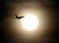 BOGOTA -COLOMBIA- 1 -10--2013. Sol y avion . /  Sun and plane  .Photo: VizzorImage / Felipe Caicedo / Staff