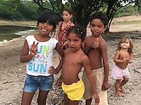 Roberta Ramos; Conflitos e Pressão no território quilombola de Oriximiná <br /> <br /> As comunidades remanescentes do  quilombo de Oriximiná são formadas por 37 comunidades distribuídas em oito territórios, sendo que quatro deles são titulados, um está parcialmente titulado e três ainda esperam a titulação, sendo que esses últimos se encontram sobrepostos a áreas de conservação, o que dificulta o processo.  <br /> A titulação dessas terras quilombolas tem sido extremamente lenta, estando tramitando no INCRA e ITERPA desde inicio dos anos 2000. Existe no momento uma expectativa que isso mude, uma vez que em Fevereiro de 2015 o Tribunal Regional Federal da 1a Região em Santarém deu um prazo de 2 anos para que o governo federal conclua a titulação das terras do Alto Trombetas e em Maio de 2016 o TRF-1 confirmou essa decisão. No entanto, até Setembro de 2016 o cenário continua o mesmo.