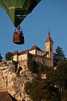 Europe/Europe/France/Midi-Pyrénées/46/Lot/Rocamadour:  Lors des mongolfiades : un ballon devant la cité religieuse dominée par son château dans le Canyon de l'Alzou