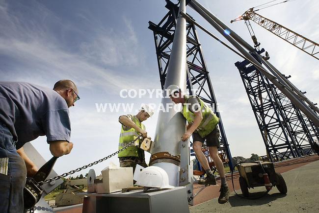 NIJMEGEN (APA) - Fietsbrug De Snelbinder, die Victor Buyck Steel<br />Construction uit België momenteel assembleert op een platform in de<br />uiterwaarden van de Waal bij Nijmegen, krijgt langzaam maar zeker vorm. Het<br />gaat om een vakwerkbrug met een boog, drie straks zijdelings zal worden<br />afgesteund op de bestaande spoorbrug over de Waal naar Nijmegen. Het<br />gevaarte wordt dan met enorme kranen op pontons naar zijn plek gevaren. Naar<br />verwachting gebeurt dat half september.<br />+<br />apa, 27 juni 2003<br />Foto; Sjef Prins- APA Foto