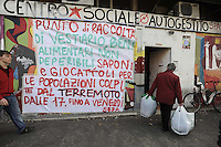 Roma, 9 Aprile 2009.Quadraro, Centro sociale Spartaco.Solidarietà dal basso per le vittime del terremoto in Abruzzo..I centri sociali si mobilitano e organizzano raccolte di viveri e materiali vari .Rome, April 9, 2009.Quadraro, Social Centre Spartaco.Solidarity to earthquake victims in Abruzzo.The social centers are mobilizing and organizing collections of food and various materials..
