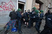 """Demonstration gegen steigende Mieten und Zwangsraeumungen in Berlin.<br />Am Samstag den 29. Maerz 2014 demonstrierten ueber 500 Menschen in Berlin-Kreuzberg mit einer sog. """"Laerm-Demo"""" gegen steigende Mieten und Zwangsraeumungen. Es war die 25. """"Laerm-Demo"""".<br />Die Demonstration wurde zum ersten Mal von starken Polizeikraeften begleitet; dazu waren 3 Einsatzhundertschaften der Berliner Polizei und eine Hundertschaft einer speziellen Festnahmeeinheit aus Sachsen-Anhalt im Einsatz. Die Festnahmeeinheit ist fuer ihr hartes Eingreifen bekannt und war zu Uebungszwecken fuer einen Einsatz am 1. Mai nach Berlin gekommen. Bereits im Vorfeld der Demonstration kam es zu Platzverweisen, Beschlagnahmungen von Flugblaettern, und der Festnahme eines Flugblattverteilers.<br />Waehrend der Abschlusskundgebung der Demonstration stuermte die Polizei eine nahe gelegene Ladenwohnung, vor der junge Leute zu lauter Musik tanzten (im Bild). Dabei wurde Mobiliar in der Wohnung von vermummten Polizeibeamten zerstoert und ein Teil der Musikanlage beschlagnahmt. Vor der Wohnung griffen Beamte der Spezialeinheit aus Sachsen-Anhalt Journalisten an und versuchten, Kameras zu beschaedigen und sie am arbeiten zu hindern.<br />29.3.2014, Berlin<br />Copyright: Christian-Ditsch.de<br />[Inhaltsveraendernde Manipulation des Fotos nur nach ausdruecklicher Genehmigung des Fotografen. Vereinbarungen ueber Abtretung von Persoenlichkeitsrechten/Model Release der abgebildeten Person/Personen liegen nicht vor. NO MODEL RELEASE! Don't publish without copyright Christian-Ditsch.de, Veroeffentlichung nur mit Fotografennennung, sowie gegen Honorar, MwSt. und Beleg. Konto:, I N G - D i B a, IBAN DE58500105175400192269, BIC INGDDEFFXXX, Kontakt: post@christian-ditsch.de]"""