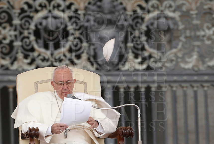 Una raffica di vento fa volare via la papalina di Papa Francesco durante l'udienza generale del mercoledi' in Piazza San Pietro, Citta' del Vaticano, 7 settembre 2016.<br /> Pope Francis has his skullcap blown by a gust of wind during his weekly general audience in St. Peter's Square at the Vatican, 7 September 2016.<br /> UPDATE IMAGES PRESS/Isabella Bonotto<br /> <br /> STRICTLY ONLY FOR EDITORIAL USE