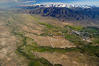 Owensvalley: AMERIKA, VEREINIGTE STAATEN VON AMERIKA, KALIFORNIEN,  (AMERICA, UNITED STATES OF AMERICA), 05.06.2006: Owensvalley nahe Bishop am Horizint die Sierra Nevada.  Die Berge  erreichen ueber 4000 Meter Hoehe. Das Tal liegt in ca. 1200 Meter Hoehe. Der Owens river fliesst in den Owens Lake.