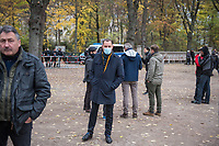 """Sogenannten """"Querdenker"""" sowie verschiedene rechte und rechtsextreme Gruppen hatten fuer den 18. November 2020 zu einer Blockade des Bundestag aufgerufen. Sie wollten damit verhindern, dass es eine Abstimmung ueber das Infektionsschutzgesetz gibt.<br /> Es sollen sich ca. 7.000 Menschen versammelt haben. Sie wurden durch Polizeiabsperrungen daran gehindert zum Reichstagsgebaeude zu gelangen. Sie versammelten sich daraufhin u.a. vor dem Brandenburger Tor.<br /> Im Bild: Der Chef der rechtsnationalistischen """"Alternative fuer Deutschland"""", Tino Chrupalla, unter den Demonstranten auf der Strasse des 17. Juni.<br /> 18.11.2020, Berlin<br /> Copyright: Christian-Ditsch.de"""
