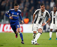 Calcio, Champions League: Gruppo H, Juventus vs Lione. Torino, Juventus Stadium, 2 novembre 2016. <br /> Juventus' Stefano Sturaro, right, is chased by Lyon's Rachid Ghezzal during the Champions League Group H football match between Juventus and Lyon at Turin's Juventus Stadium, 2 November 2016. The game ended 1-1.<br /> UPDATE IMAGES PRESS/Isabella Bonotto