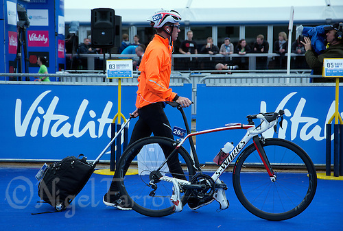 31 MAY 2015 - LONDON, GBR - Ryan Sissons (NZL) from New Zealand enters transition to prepare for the start of the elite men's 2015 ITU World Triathlon Series round in Hyde Park, London, Great Britain (PHOTO COPYRIGHT © 2015 NIGEL FARROW, ALL RIGHTS RESERVED)
