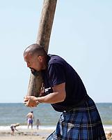 Nederland  Zandvoort - 8 juli 2018.    Het British Festival. NK Highland Games op het strand. Toss the caber.   Foto mag niet in negatieve context gepubliceerd worden.     Foto Berlinda van Dam Hollandse Hoogte