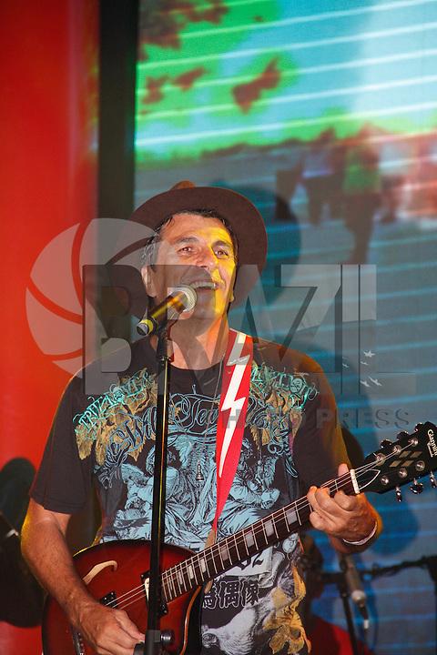 ÃO PAULO, SP, 04 MARÇO DE 2011 - CARNAVAL 2011 / CAMAROTE BRAHMA - O cantor e ator Evandro Mesquista durante show no camarote Brahma onde acompanhara os desfiles das escolas de samba do Grupo Especial de São Paulo, na noite desta sexta-feira (4), no Sambódromo do Anhembi, na região norte da capital paulista. (FOTO: AMAURI NEHN / BRAZIL PHOTO PRESS).