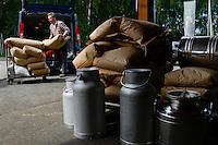 Austria Styria, cultivation of pumpkin, the seeds are used for processing of pumpkin seed oil, oil mill Karl Hoefler / Oesterreich Steiermark, Anbau von Kuerbis und Verarbeitung zu Kuerbiskernoel, Oelmuehle Karl Hoefler in Kaindorf, Landwirt liefert die Kuerbiskerne an