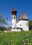 DEU, Deutschland, Bayern, Oberbayern, Berchtesgadener Land, Oberau: Kirche und Maibaum vorm Untersberg | DEU, Germany, Bavaria, Upper Bavaria, Berchtesgadener Land, Oberau: church and may pole