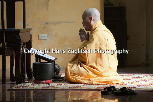 Betender Mönch, Hanoi, Vietnam