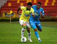 BUCARAMANGA - COLOMBIA, 07-11-2020: Brayan Castrillon de Atletico Bucaramanga y Darwin Lopez de Jaguares de Cordoba F. C. disputan el balon, durante partido entre Atletico Bucaramanga y Jaguares de Cordoba F. C., de la fecha 18 por la Liga BetPlay DIMAYOR 2020, jugado en el estadio Alfonso Lopez de la ciudad de Bucaramanga. / Brayan Castrillon of Atletico Bucaramanga and Darwin Lopez of Jaguares de Cordoba F. C. vie for the ball during a match between Atletico Bucaramanga and Jaguares de Cordoba F. C., of the 18th date for the BetPlay DIMAYOR League 2020 at the Alfonso Lopez stadium in Bucaramanga city. / Photo: VizzorImage / Jaime Moreno / Cont.