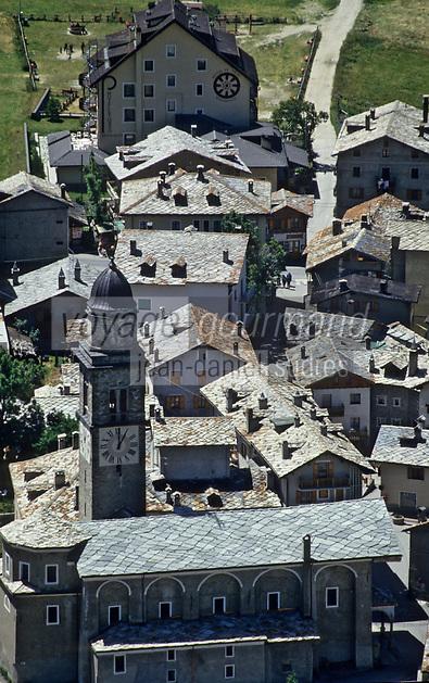 Europe/Italie/Val d'Aoste: Cogne: l'église et les maisons du village