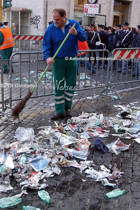 Operatori dell' AMA mentre spazzano la strada e la piazza..Operators of AMA while sweep the street and the square. ..