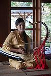 Myanmar (Burma), Mandalay-Division, Bagan: Young girl playing traditional saung gauq (boat shaped harp) at the Popa Mountain Resort | Myanmar (Birma), Mandalay-Division, Bagan: junge Frau spielt im Popa Mountain Resort auf einem traditionellen Instrument, dem 'Saung gauk', einer alten burmesischen Bogenharfe