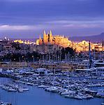 Spain, Balearic Islands, Spain, Mallorca, Palma de Mallorca: View over marina/harbour to the floodlit Cathedral (La Seu) at sunset | Spanien, Palma de Mallorca: mit Kathedrale La Seu und Hafen bei Sonnenuntergang