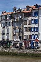 France, Aquitaine, Pyrénées-Atlantiques, Pays Basque, Bayonne:   Bords de la Nive , Maisons du Quai Augustin Chaho  // France, Pyrenees Atlantiques, Basque Country, Bayonne:  Banks of the Nive, the Augustin Chaho quai,  Houses