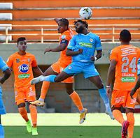 ENVIGADO - COLOMBIA, 02-02-2021:Jairo Palomino de Envigado disputa el balón con Jose Lloreda de Jaguares de Córdoba durante partido por la fecha 4 entre Envigado y Jaguares de Córdoba como parte de la Liga BetPlay DIMAYOR 2021 jugado en el estadio  Polideportivo Sur de Envigado. / Jairo Palomino of  Envigado vies for the ball with Jose Lloreda of Jaguares de Cordoba during match for the date 4  between Envigado and Jaguares de Cordoba  as a part BetPlay DIMAYOR League I 2020 played at Polideportivo Sur stadium in Envigado. Photo: VizzorImage / Luis Benavides / Contribuidor